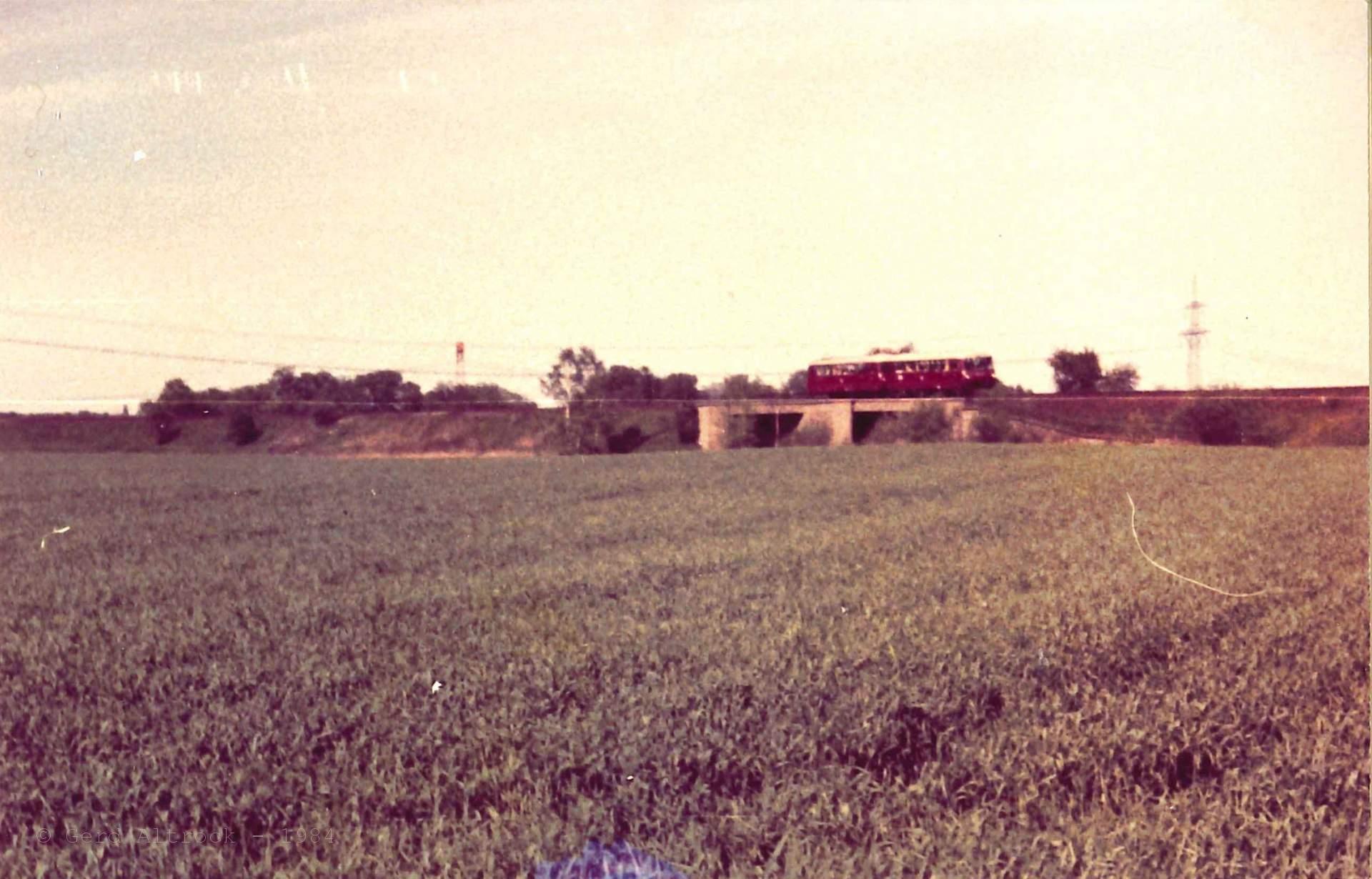 BR110 und Doppelstockwagen und eine Ferkeltaxe auf der Heidekrautbahn