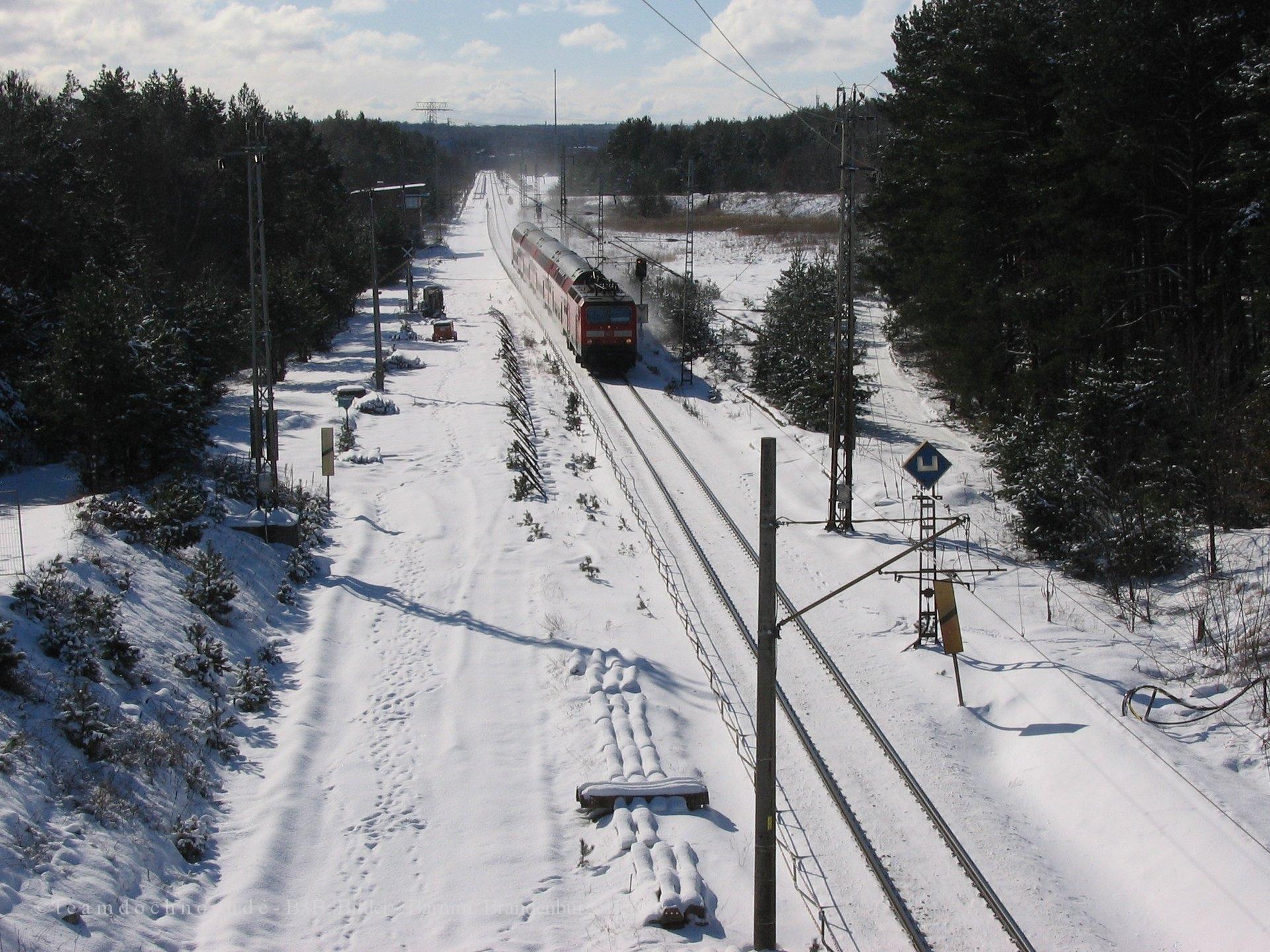 RE3 auf dem Weg nach Norden am alten Kreuzungsbauwerk