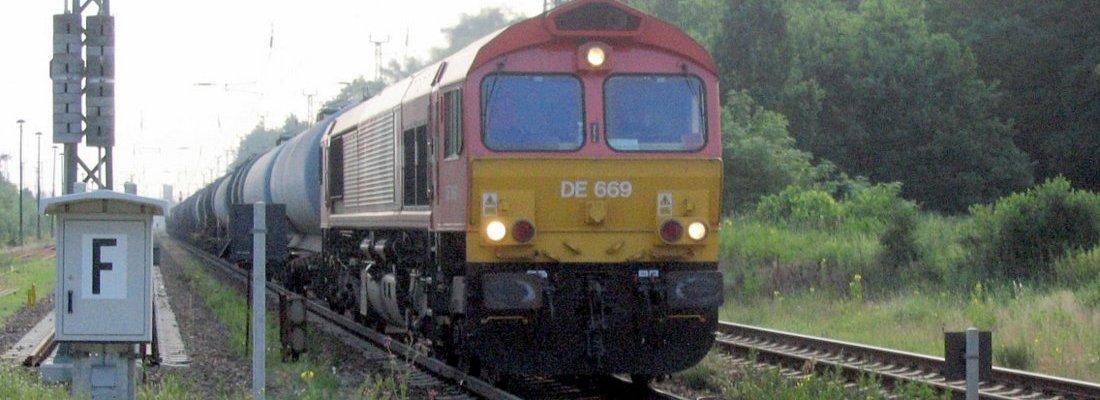 DE 669 mit einem Kesselwagenzug am Bahnübergang Tierpark in Eberswalde
