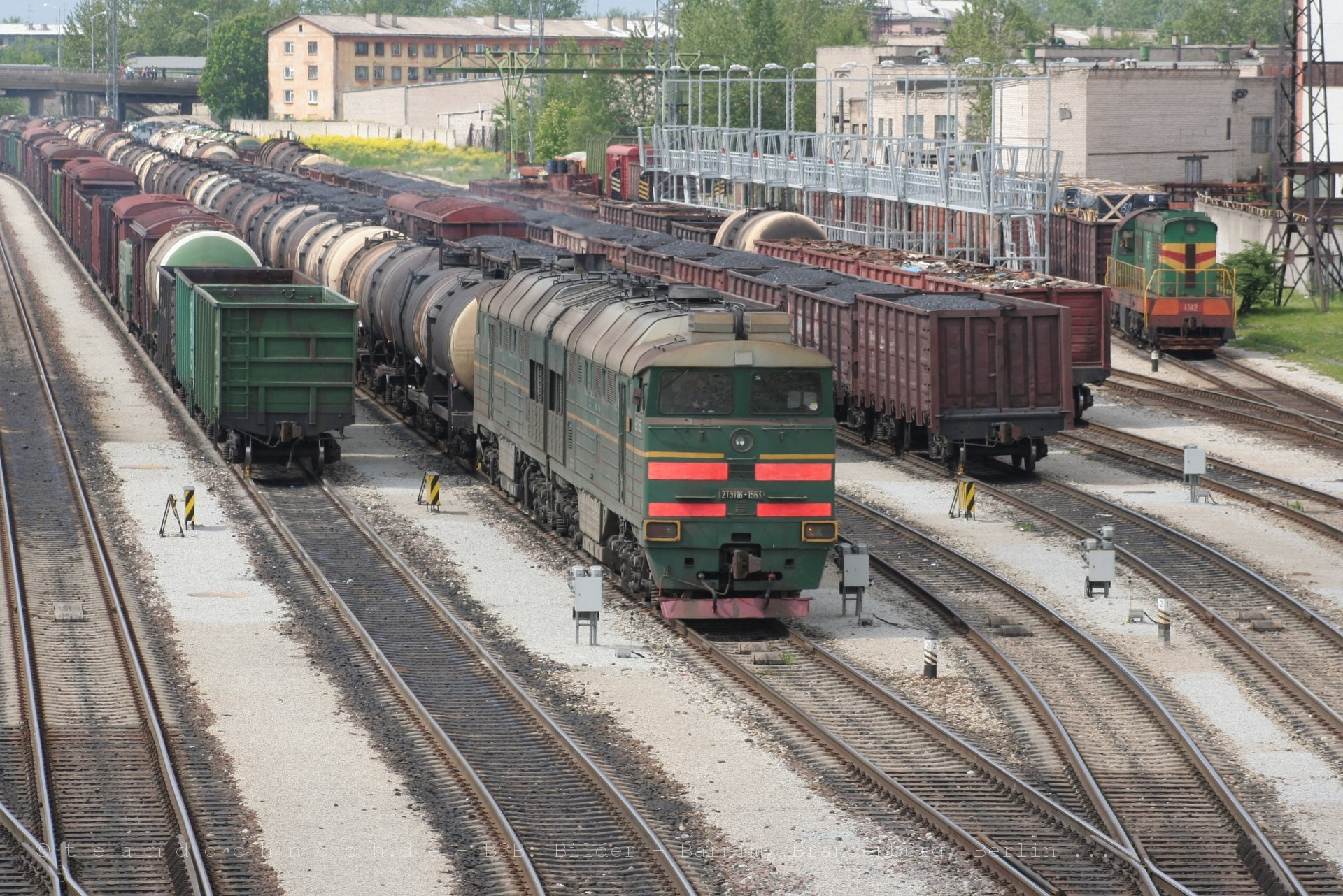 2TE116-1563 mit einem Güterzug im Bahnhof Narva