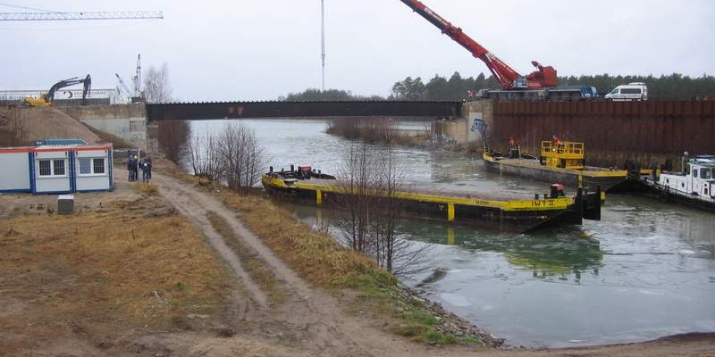 Abriß der alten Straßenbrücke