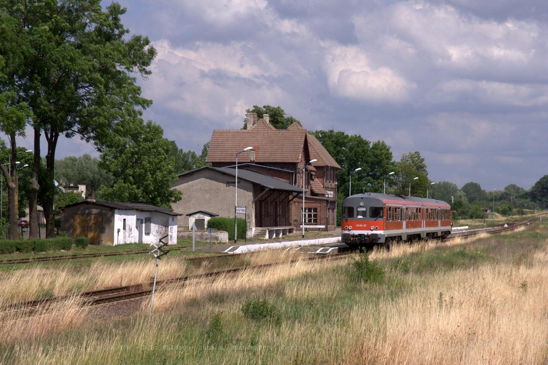SA110-03 bei Einfahrt in den Bahnhof von Drawsko Pomorskie