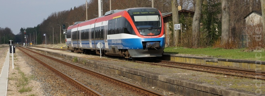 Triebwagen 643 862-5 der Prignitzer Eisenbahn trifft im Bahnhof Vogelsang einen GTW 2/6 der DB AG
