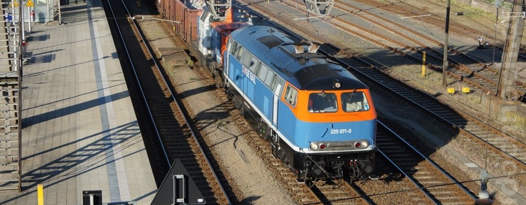NBE 225 071-0 und NBE 212 270-3 durchfahren den Bahnhof Eberswalde