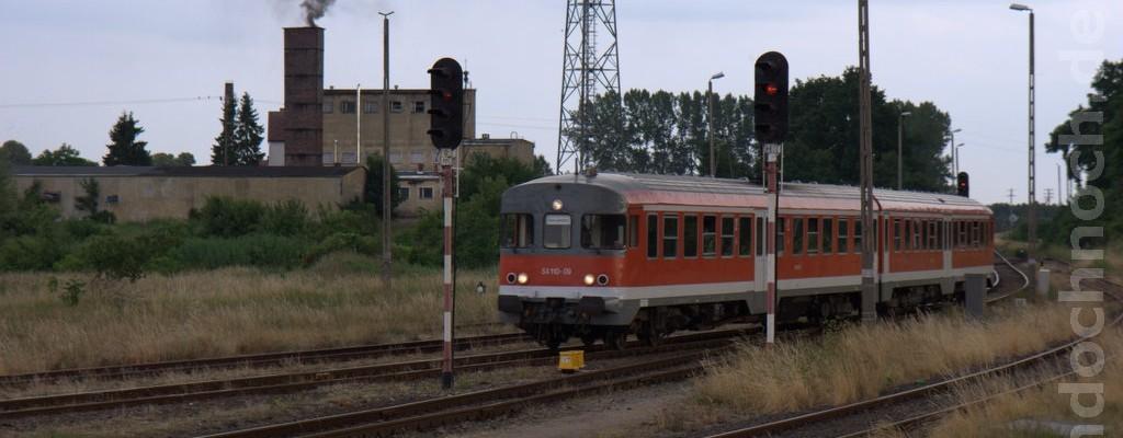 Triebwagen SA110-09 bei der Einfahrt nach Trzebiatów