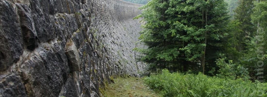 Staumauer der Schwarzenbachtalsperre