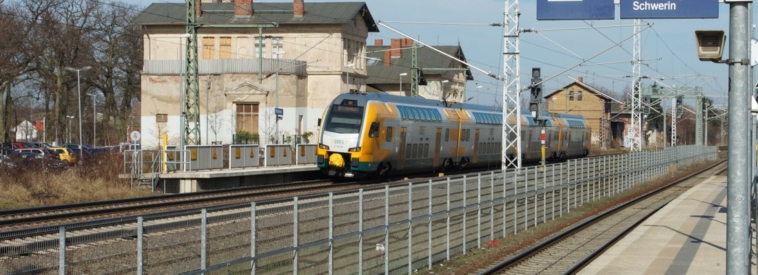 RE2 nach Cottbus mit ODEG ET445.109 in Paulinenaue