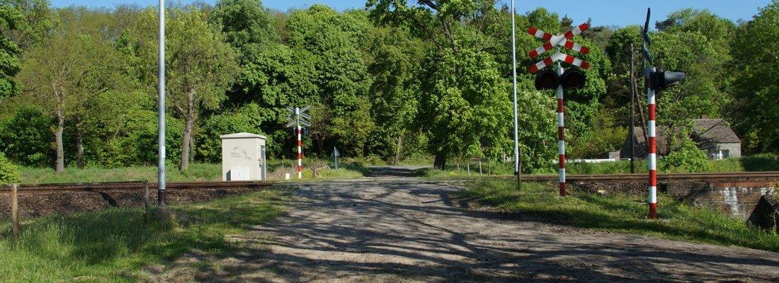 Bahnübergang westlich von Krześniczka an der Ostbahn
