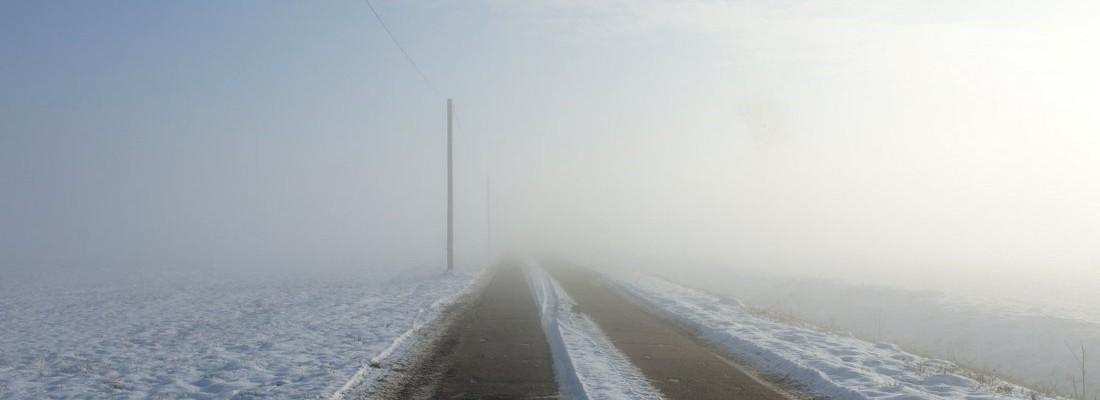 Eine Straße durch weißes Nichts im Hammerbruch