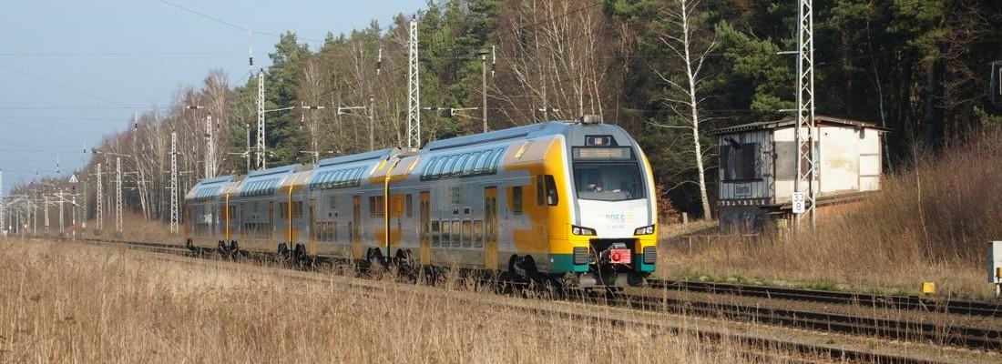 ET 445.102 der ODEG durchfährt den Bahnhof Biesenthal