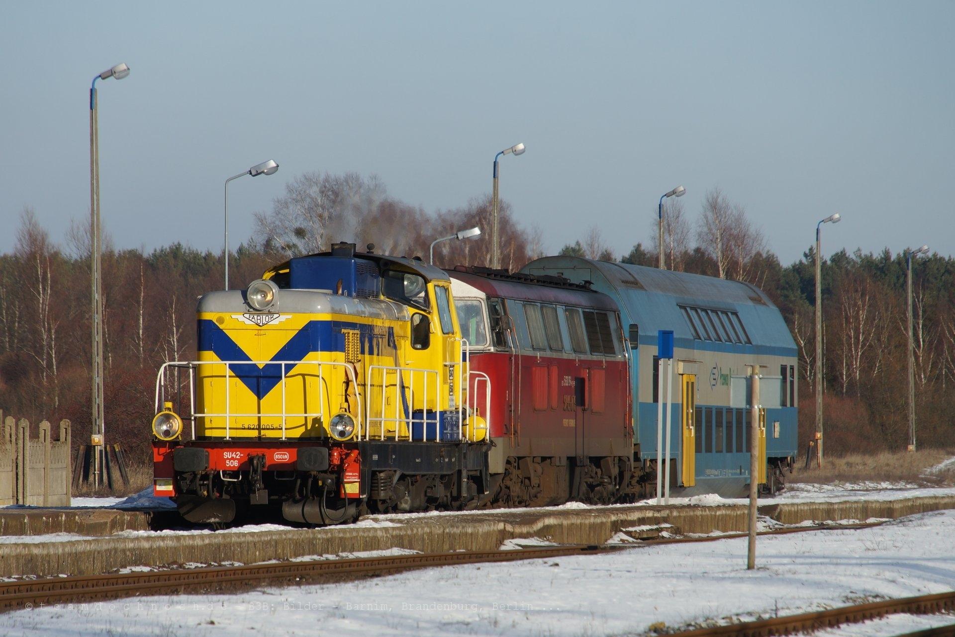 SU42-506 und SU45-079 im Bahnhof von Biernatowo
