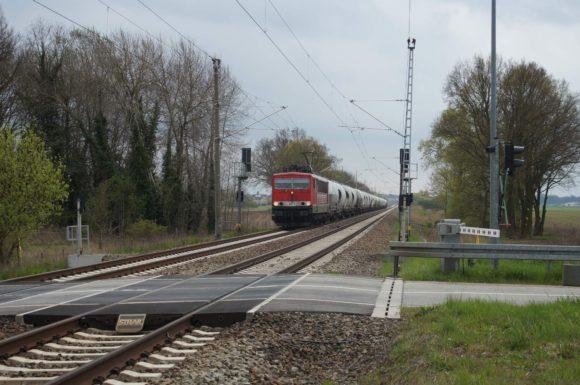 MEG 703 mit einem Zementzug in Neulüdersdorf nach Norden