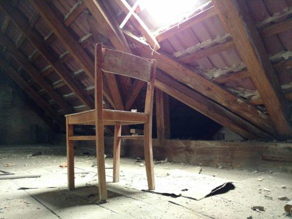 Stuhl unterm Fenster