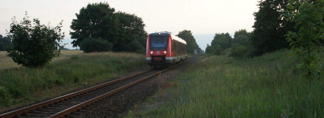 Triebwagen der DB 623 527 am Bahnübergang mit der B109 nördlich von Pasewalk