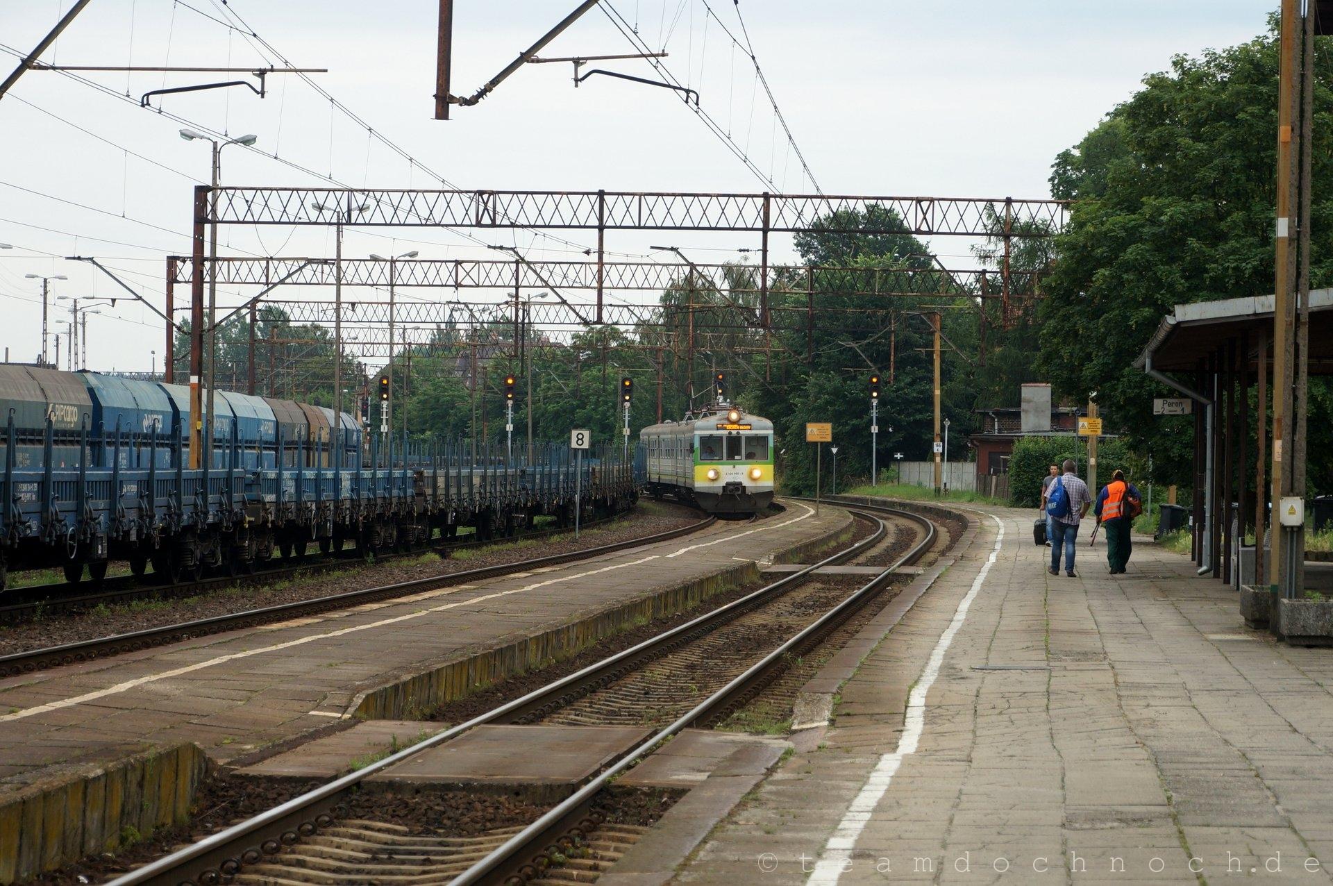 EN57-651 (2 120 990-8) bei Einfahrt in den Bahnhof Czerwieńsk