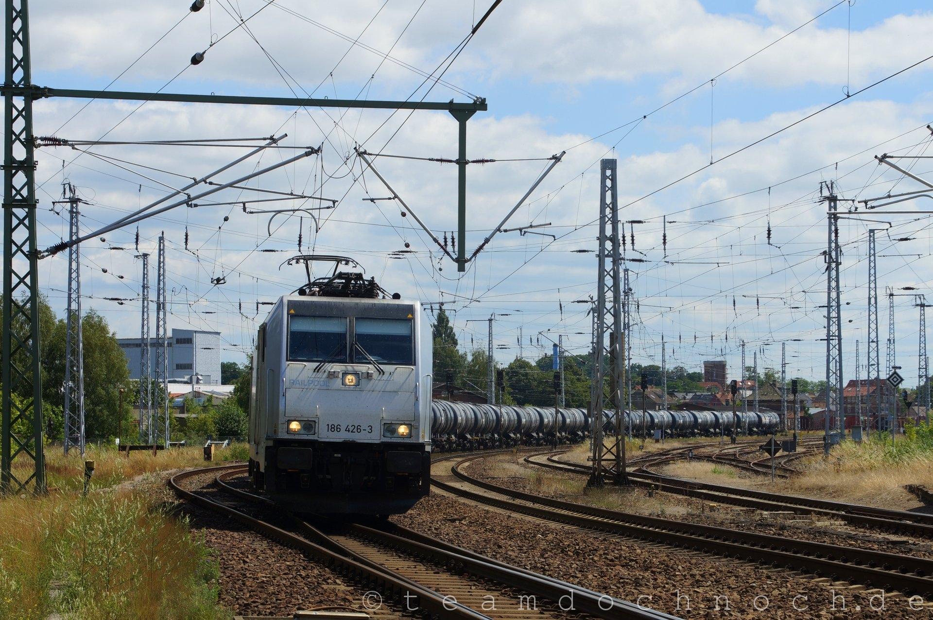 186 426-3 Railpool bei Ausfahrt aus dem Bahnhof Waren