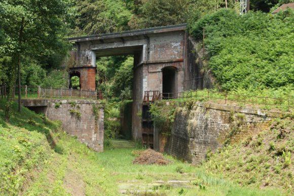 Schleuse 14 und Eisenbahnbrücke am Canal de la Marne au Rhin