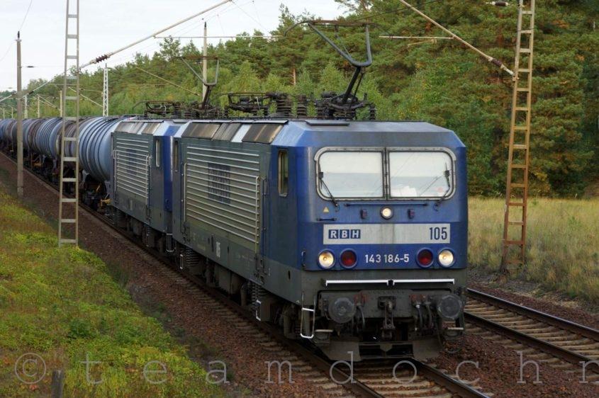 RBH 105 und 120 mit einem Kesselwagenzug auf dem Weg nach Süden