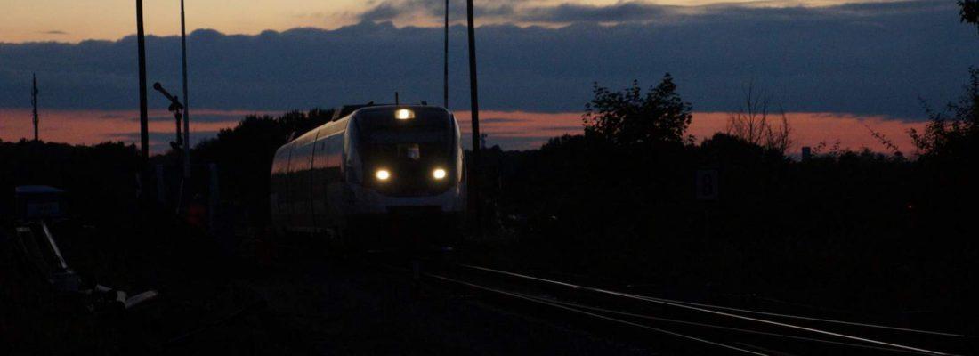 Abendliche Einfahrt des VT 732 der NEB in den Bahnhof von Blumberg (Barnim)
