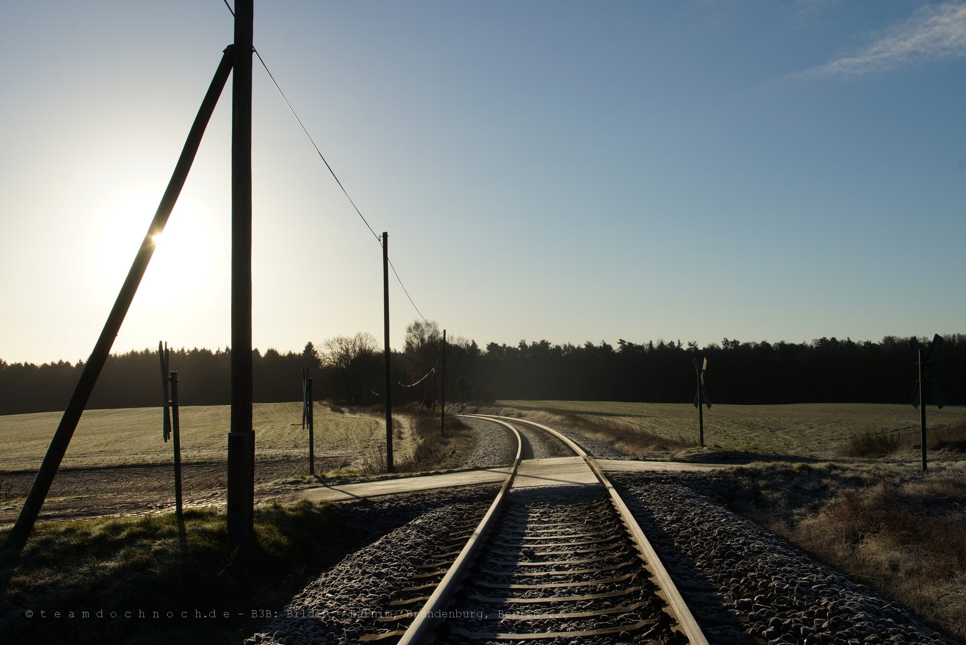 Ein Bahnübergang und ein Einfahrsignal bei Friedrichswalde