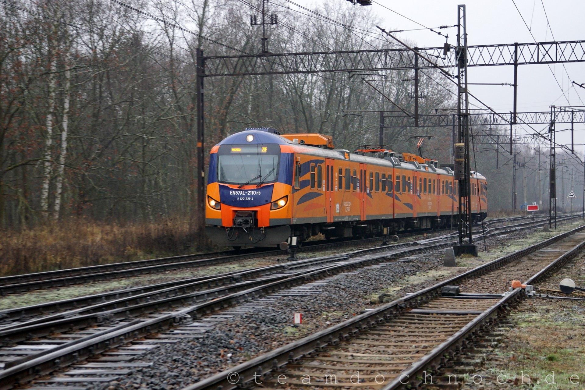 EN57AL-2110rb bei Einfahrt in den Bahnhof von Kostrzyn aus Richtung Norden