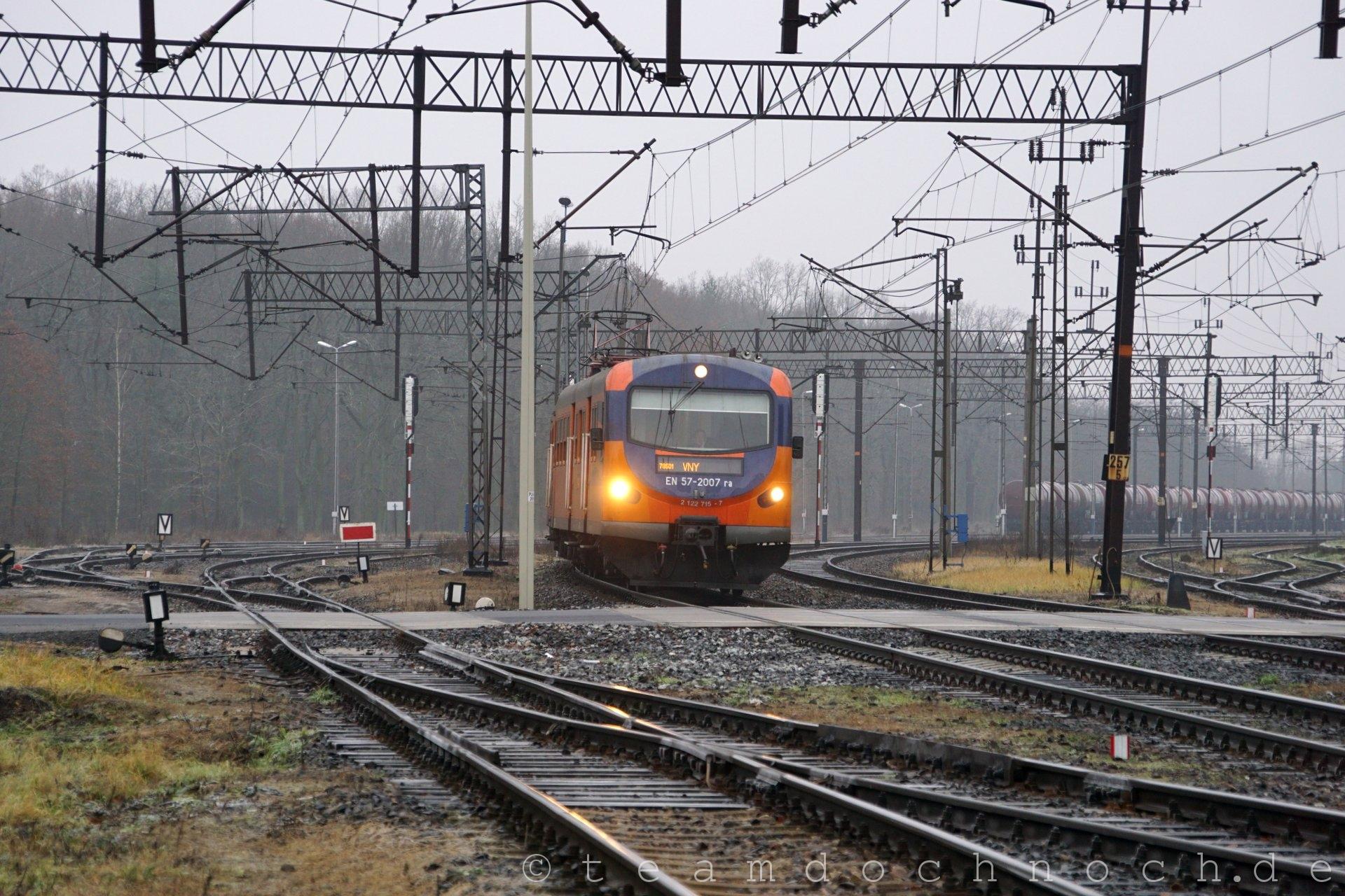 EN57-2007ra bei Ausfahrt aus dem Bahnhof Kostrzyn