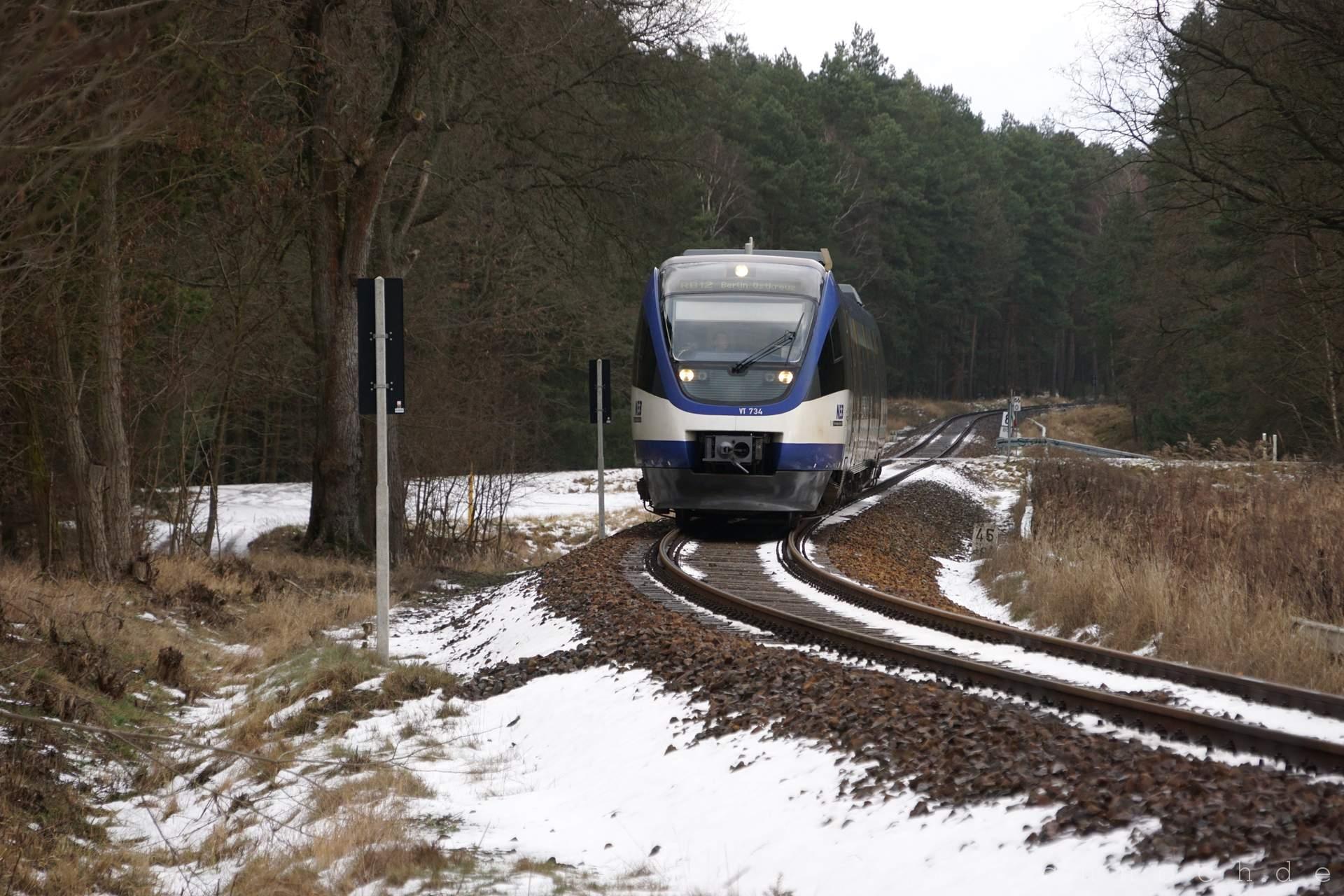 Triebwagen VT 734 der NEB kurz vor dem Bahnhof Löwenberg