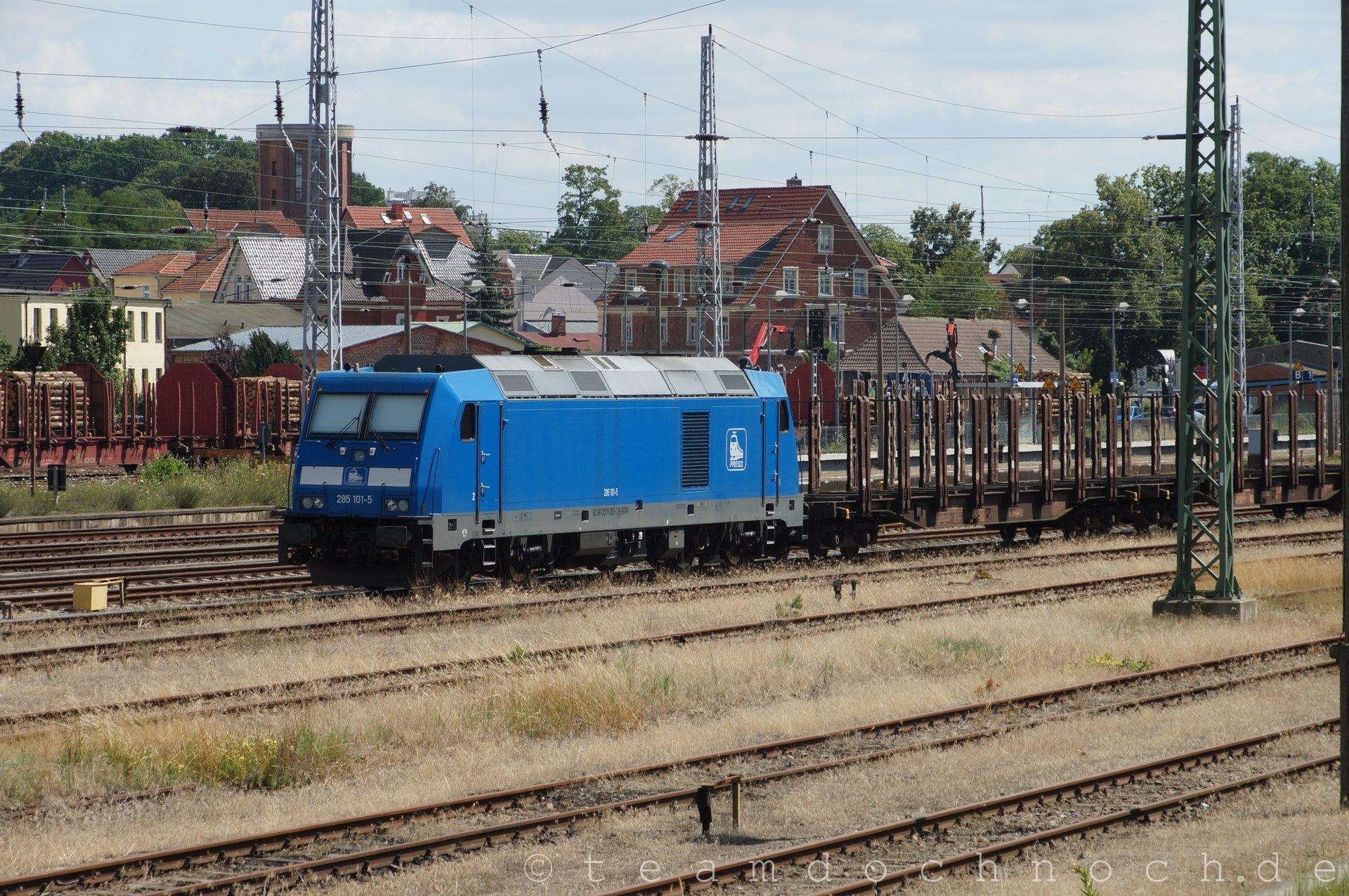 PRESS 285 101-5 wartet mit ihrem Güterzug in Waren