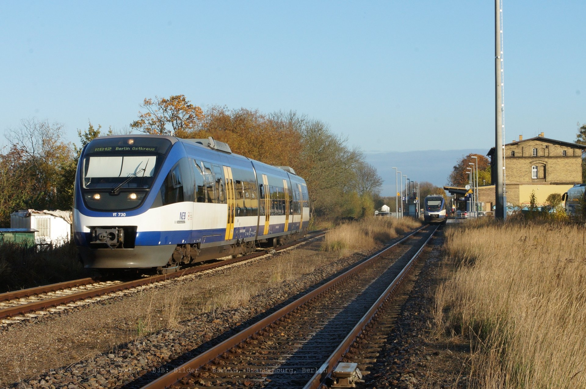 VT730 der NEB bei Ausfahrt aus dem Bahnhof Zehdenick