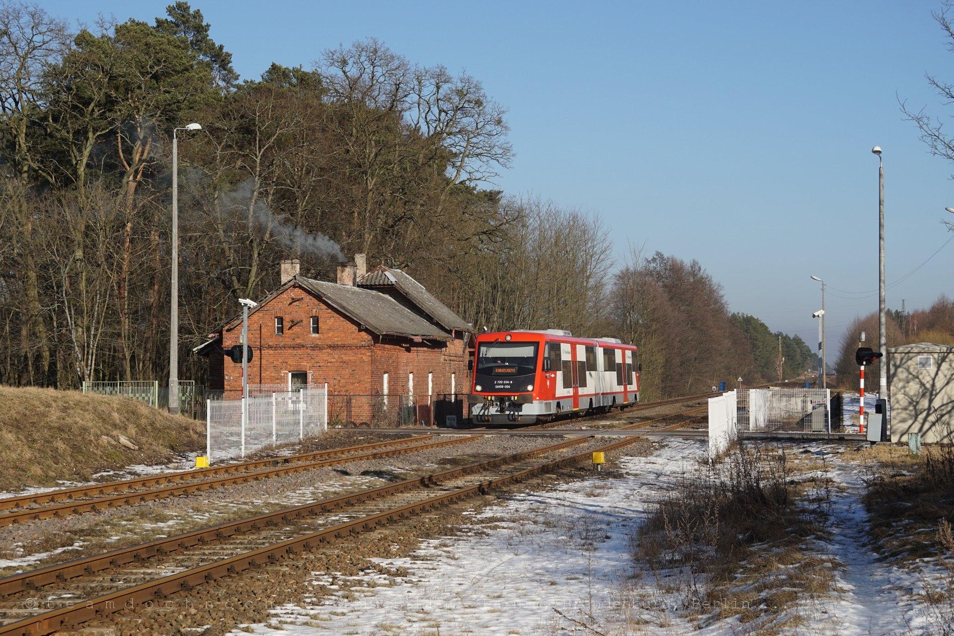 SA108-004 bei Einfahrt in den Bahnhof von Stobno