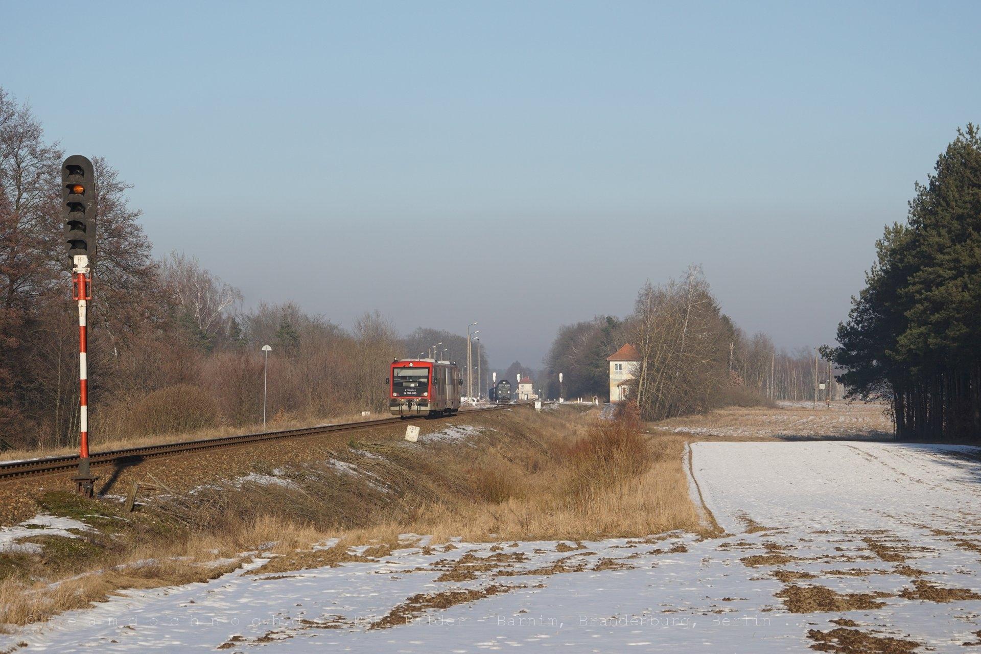 SA108-005 bei Einfahrt in den Bahnhof Krajenka