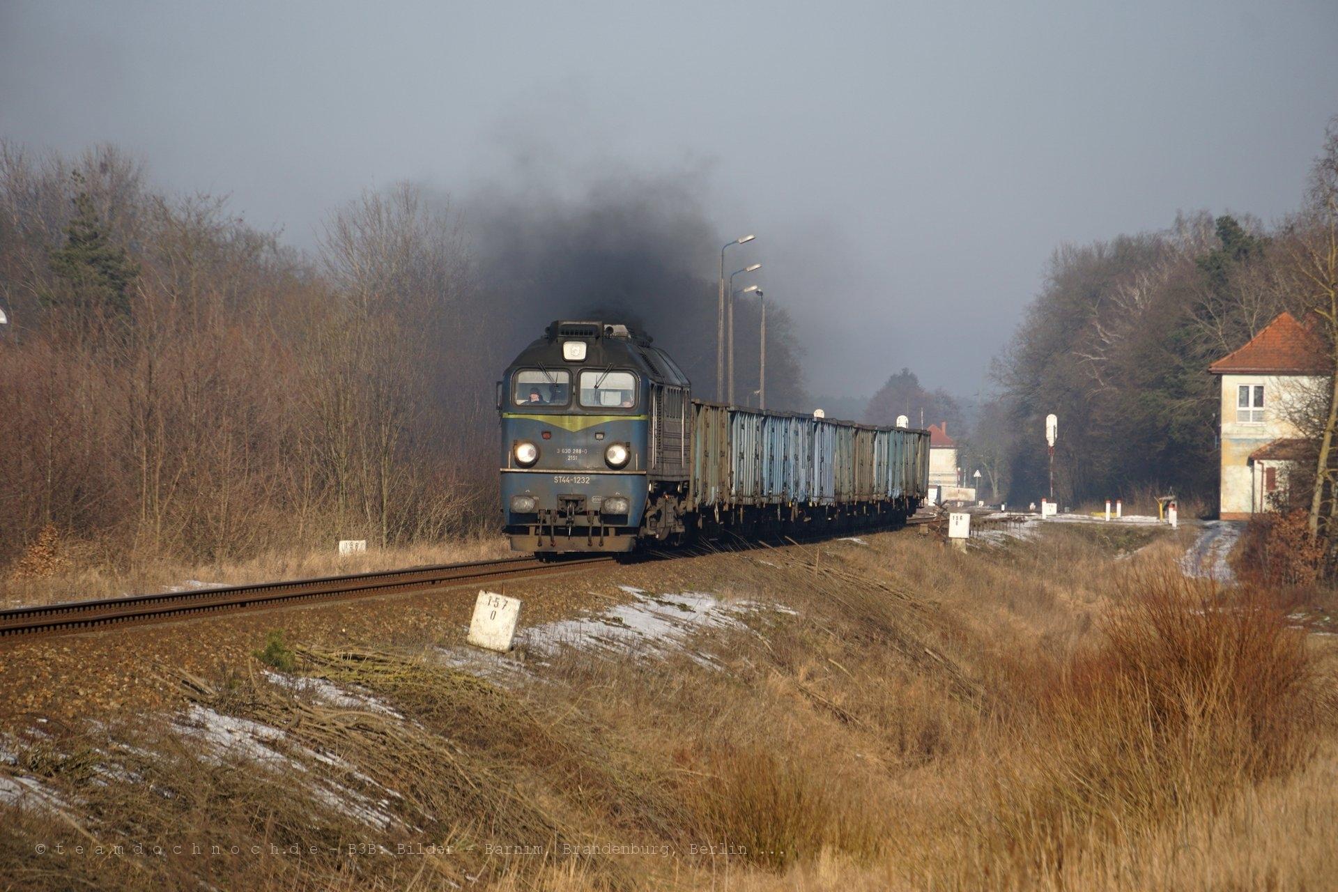 Ausfahrt von ST44-1232 aus dem Bahnhof Krajenka