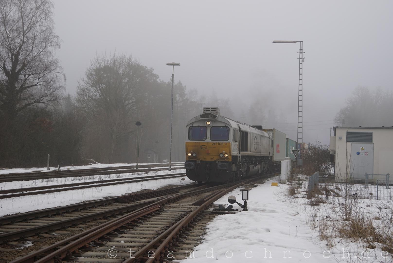 247 038-3 durcheilt mit einem sehr gemischten Containerzug den Bahnhof Kastl
