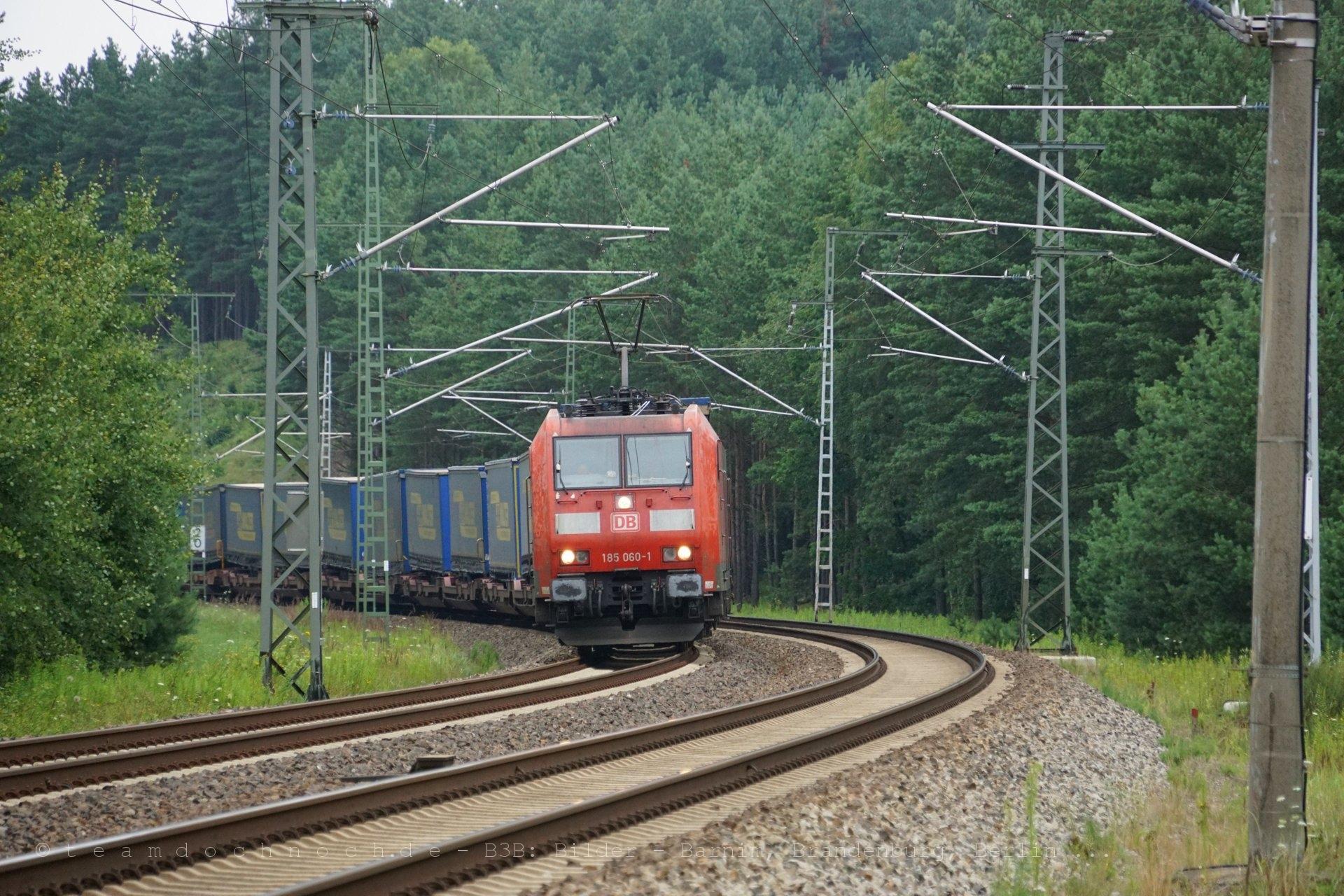 185 060-1 mit einem Güterzug auf der Lloydbahn