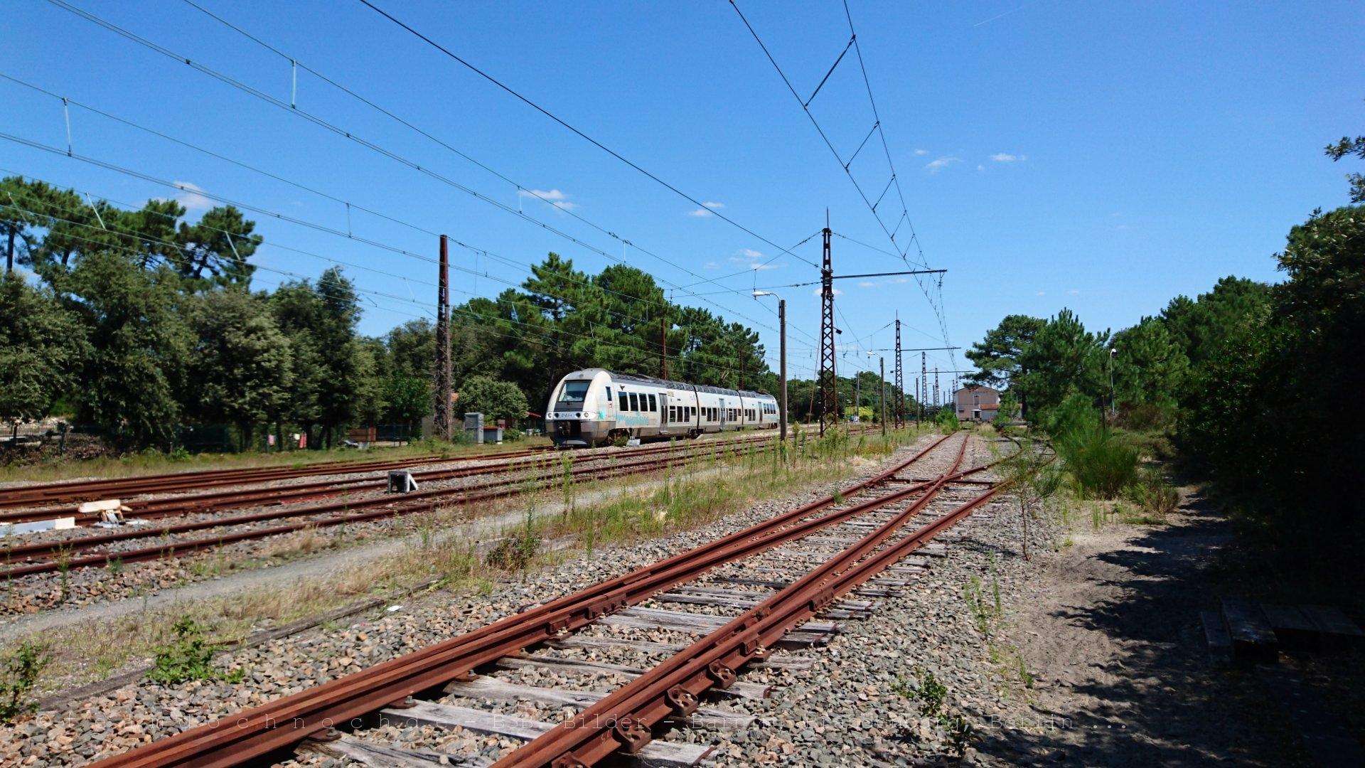 81683/81684 verläßt den Bahnhof von Le Verdon-sur-Mer