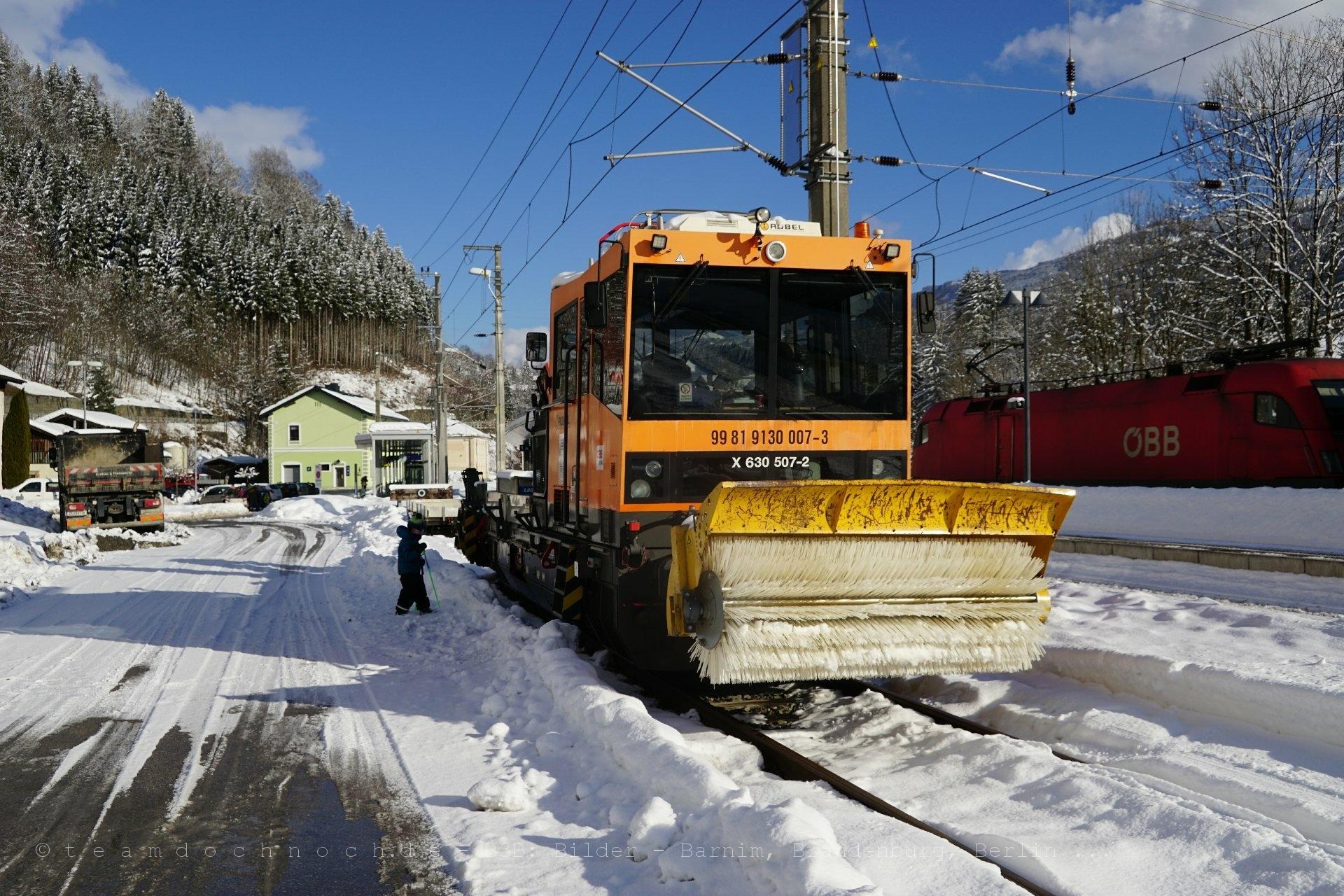 Schneefegerobel im Bahnhof Taxenbach