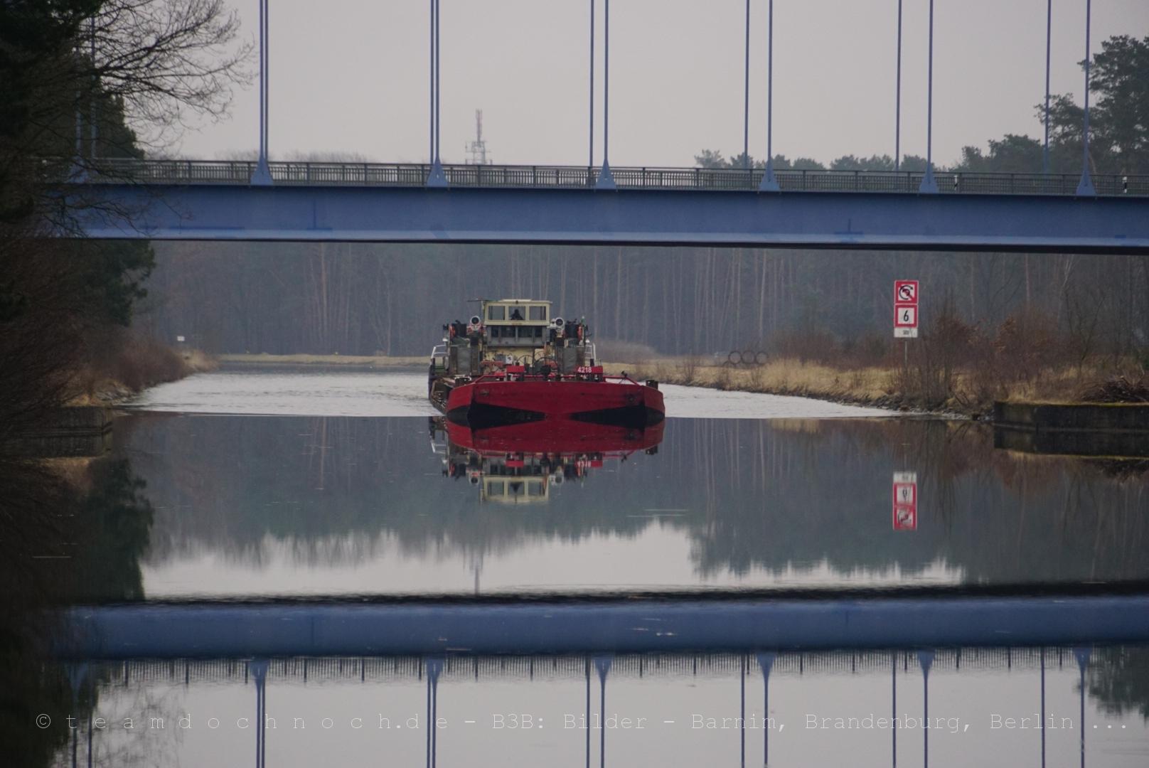 Ein Schubverband an der Kaiserwegbrücke