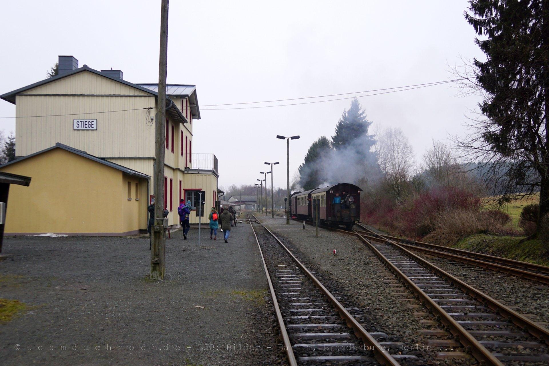 Bahnhof Stiege mit Dampfzug