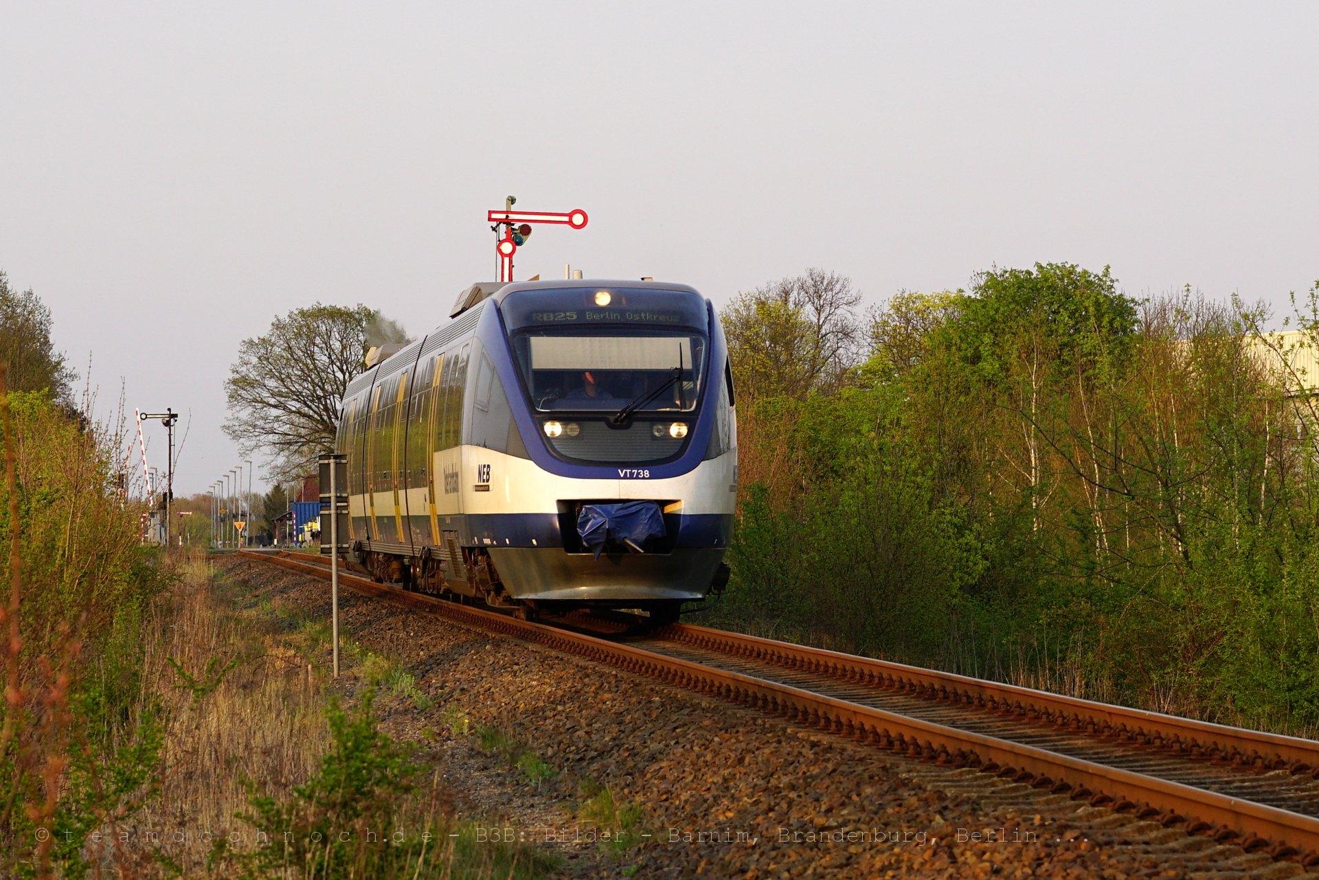 VT738 der NEB am westlichen (Form)Einfahrsignal des Bahnhofs Blumberg