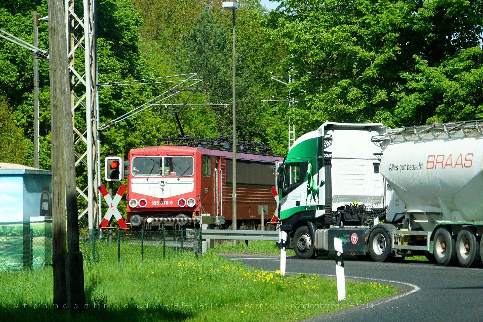 155 078-9 am Bahnübergang Chorin
