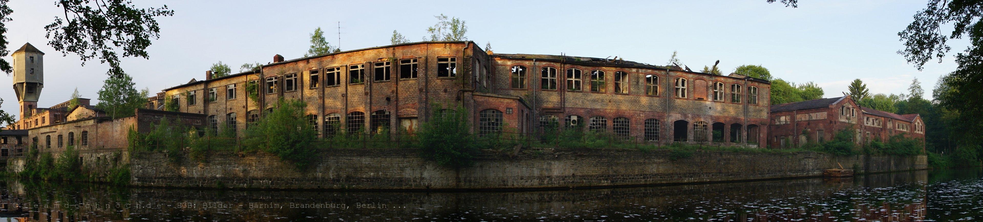 Papierfabrikenbreitbild am Morgen