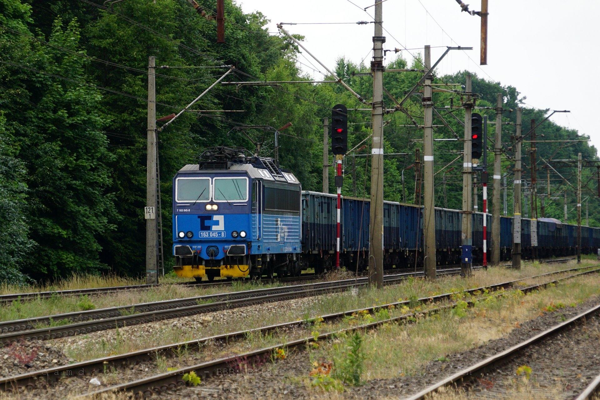 CD Cargo 163 045-8 durchfährt den Bahnhof von Rębusz