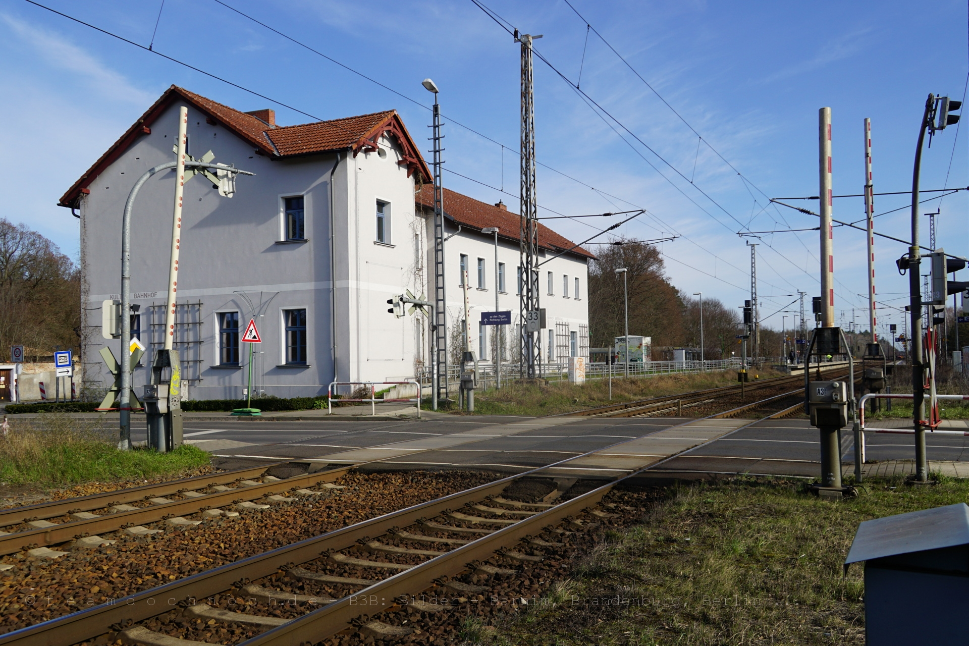 Empfangsgebäude und Bahnübergang L29 am Bahnhof Biesenthal