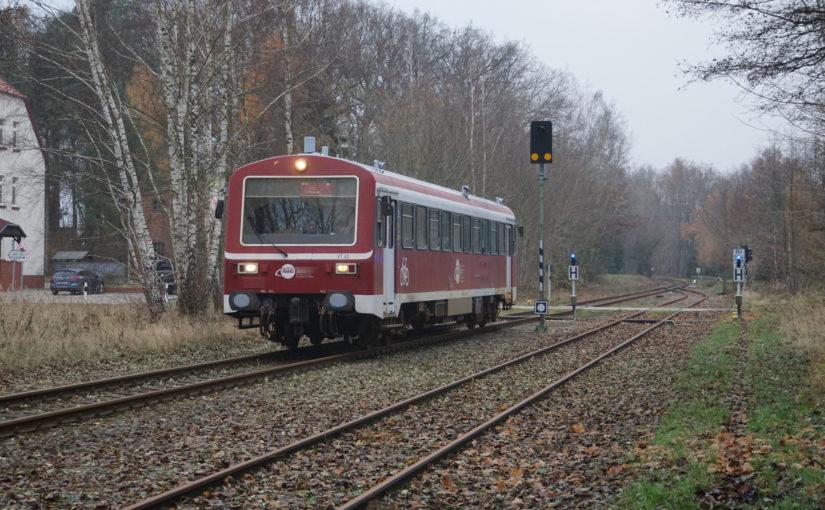 VT 43 der HANS bei Einfahrt in den Bahnhof von Brügge (Prignitz)
