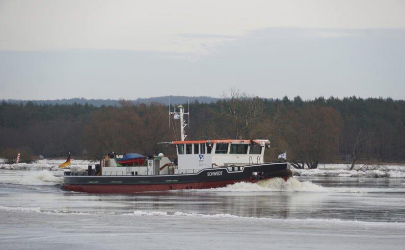 Eisbrecher Schwedt in voller Fahrt auf der Oder