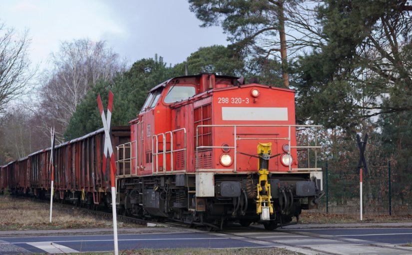 298 320-3 mit einem Güterzug auf der Eberswalder Industriebahn