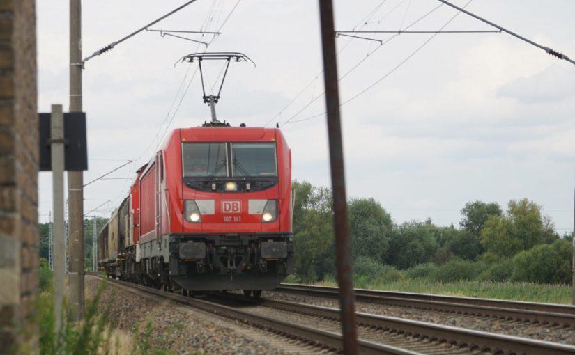 187 141 am Bahnübergang km 65.3 in Herzsprung