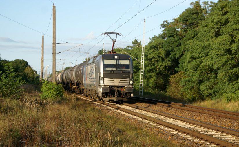 193 933-3 mit einem Zug aus Kesselwagen in Britz