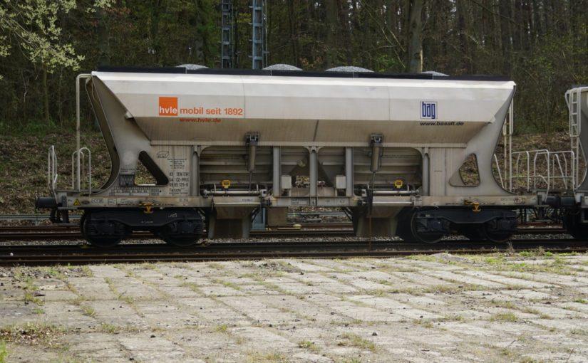 Eine lange Reihe von Faccns der HVLE im Bahnhof Sponholz