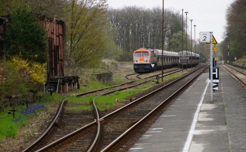 HVLE V330.8 wartet am Bahnhof Sponholz